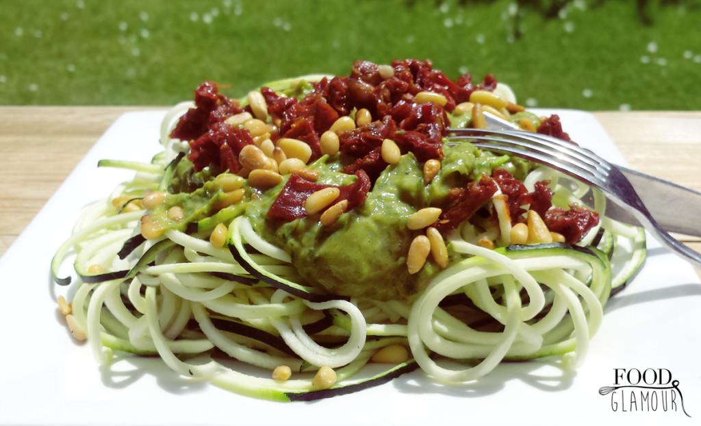 zuchini-noodles-pesto-tomaten-foodglamour-1-
